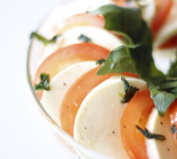 Tómat mosarella basil salat