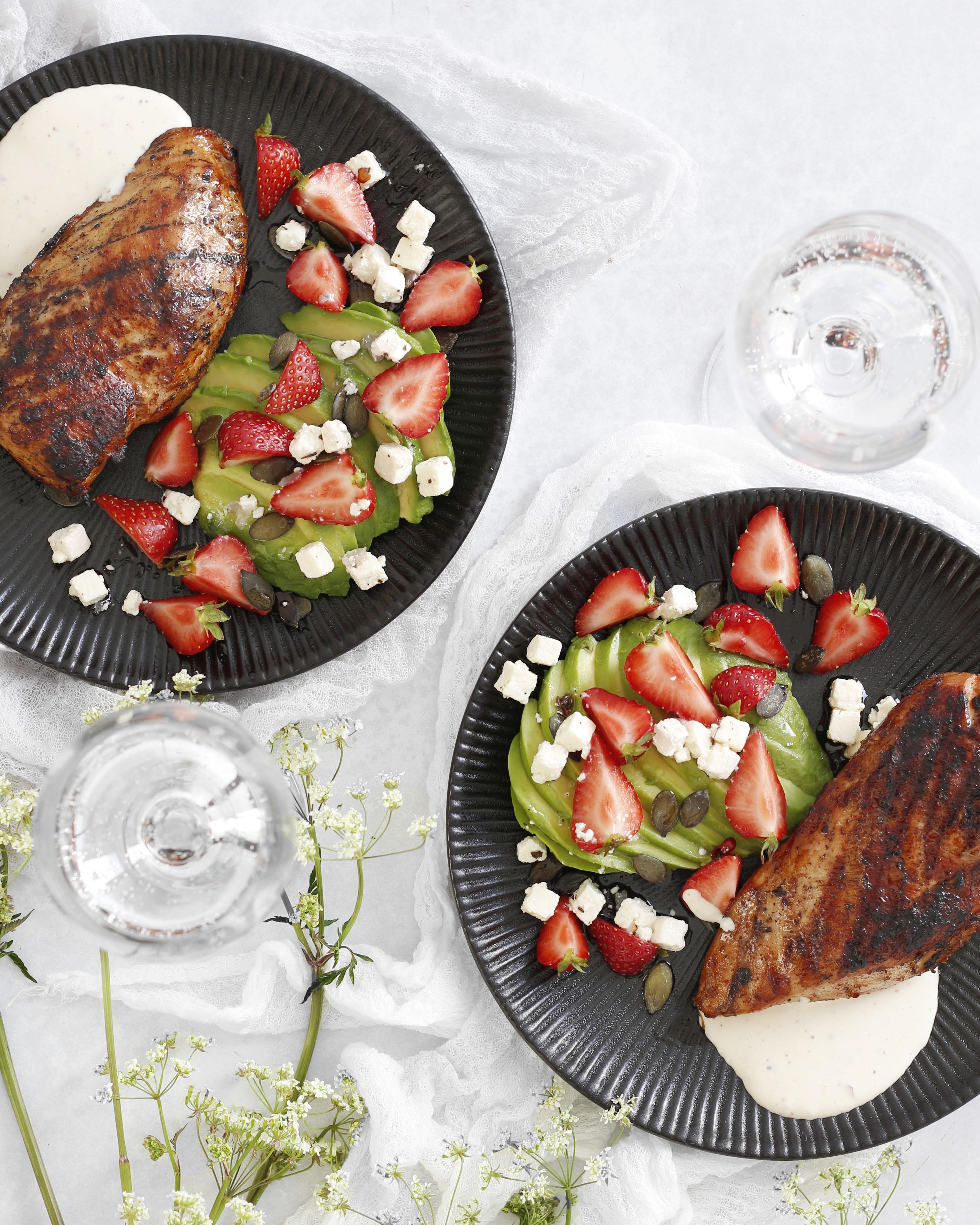 einfaldar grillaðar kjúklingabringur með avocadó og jarðaberja salati