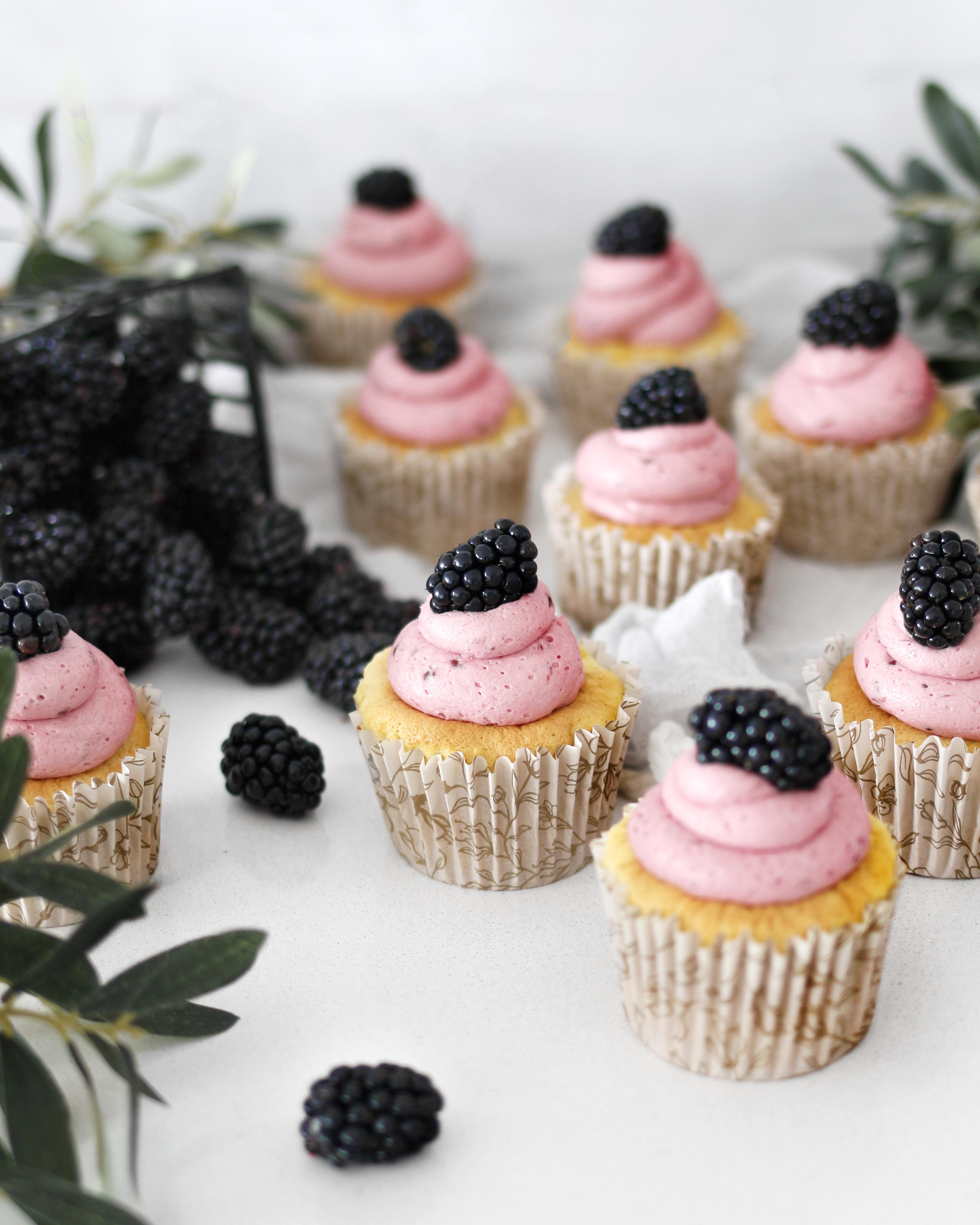 marsípan bollakökur cupcakes með silkimjúku brómberja smjörkremi