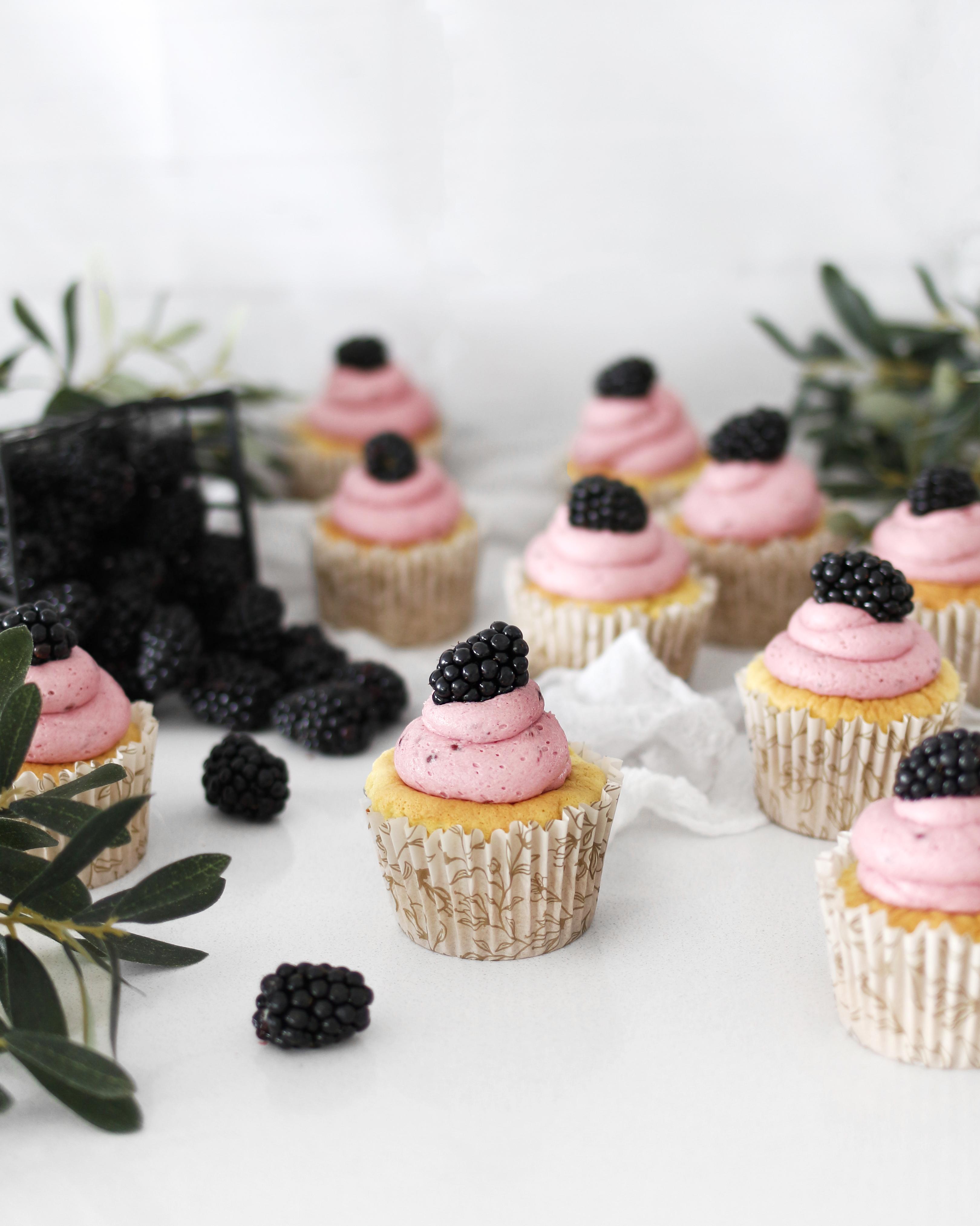 mjúkar og klessulegar marsípan bollakökur cupcakes með silkimjúku brómberja smjörkremi