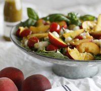 ferskt salat með ferskjum og basil dressingu
