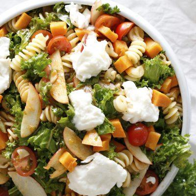 ferskt pastasalat með grænmeti, eplum og tómat dressingu