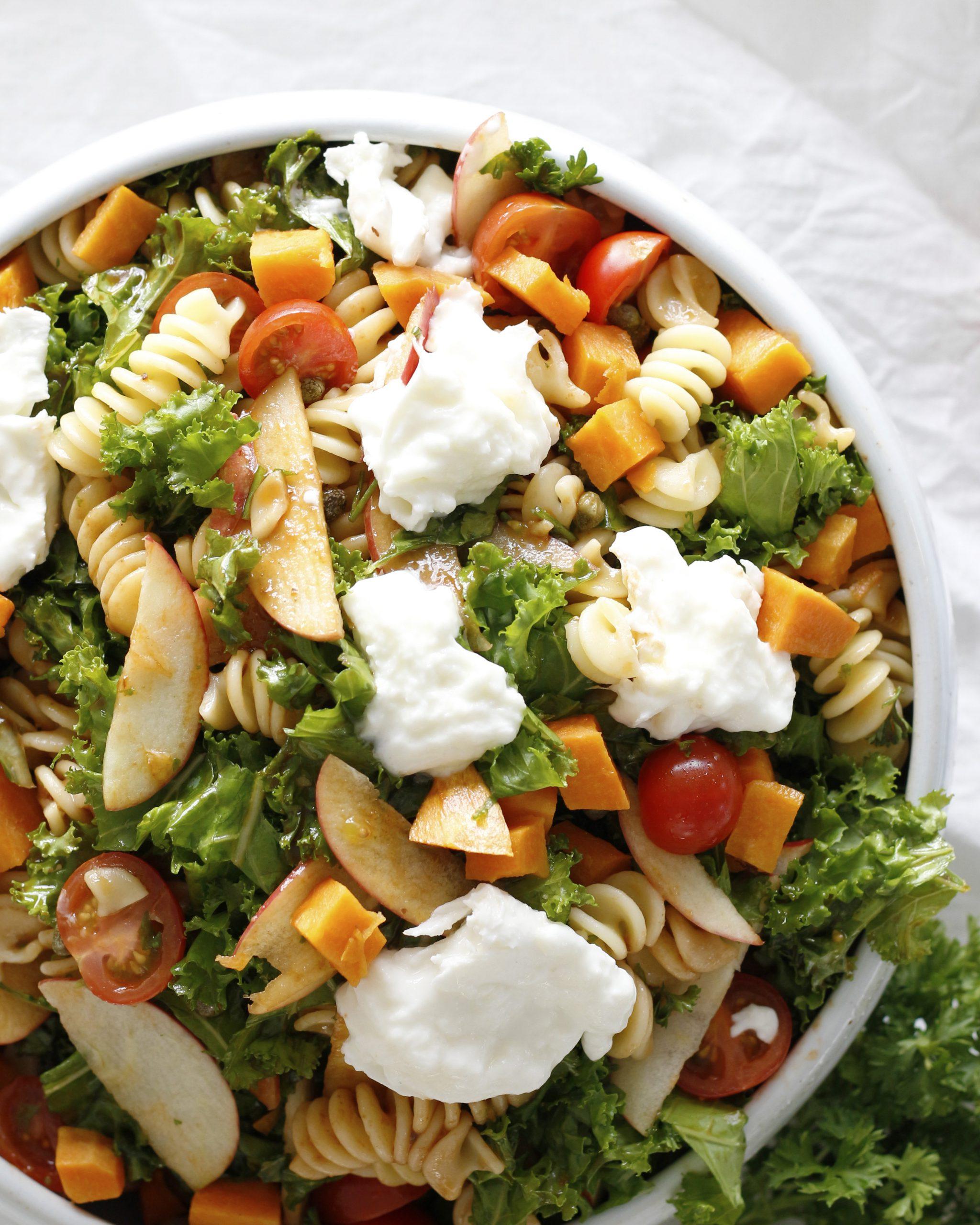 Ferskt pastasalat með eplum og ferskum mosarella